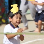 運動会で走る男の子