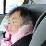 チャイルドシートで眠る赤ちゃん