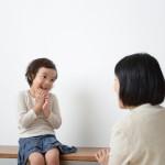ママと話をする女の子