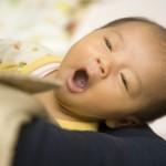 あくびをする眠そうな赤ちゃん
