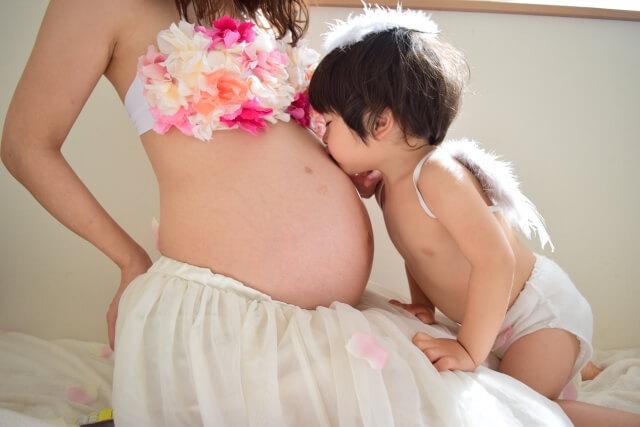 妊娠したママのお腹にキスをする子ども
