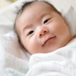 生理的微笑をする赤ちゃん