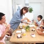 家族みんなで食卓を囲む