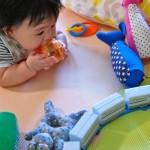 赤ちゃんとおもちゃの電車