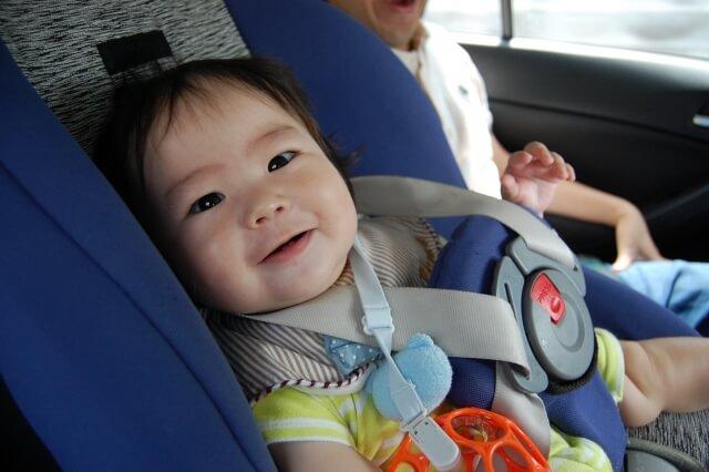 チャイルドシートに座ってごきげんな赤ちゃん