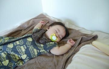 おしゃぶりを咥えたまま眠る赤ちゃん