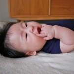 ハンドリガードで手を咥える赤ちゃん