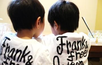 後ろ姿の双子の兄弟