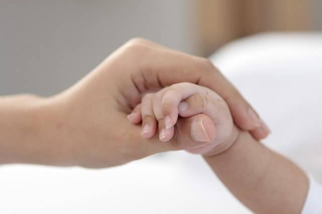 新生児とママの手
