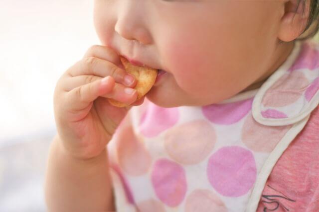 赤ちゃんせんべいを食べる赤ちゃん