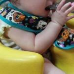 初めて離乳食を食べる赤ちゃん