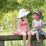 ベンチに座る男の子と女の子