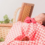 バスケットの中で寝る赤ちゃん