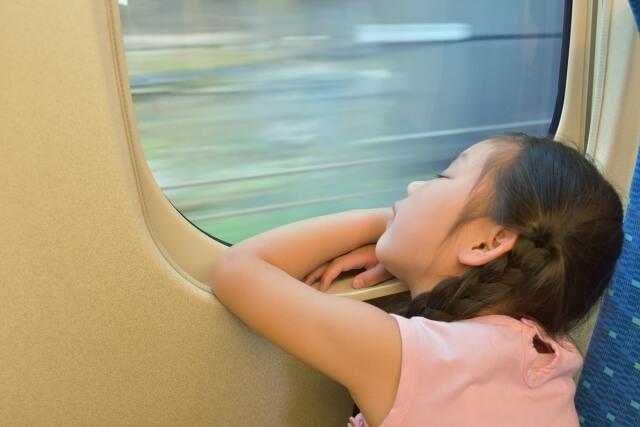新幹線で眠る女の子