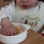 手づかみで食事をする赤ちゃん