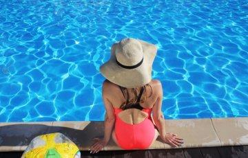 プールの前で座る女性
