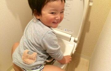 トイレに座る男の子