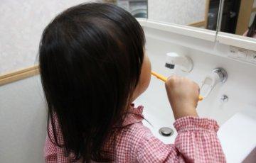 1人で歯磨きをする女の子