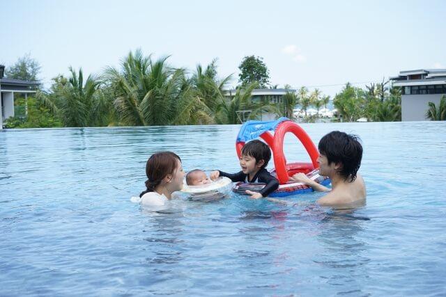親子でプール遊び