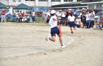 運動会で走る子ども