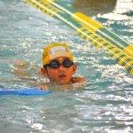 水泳の練習をする子ども