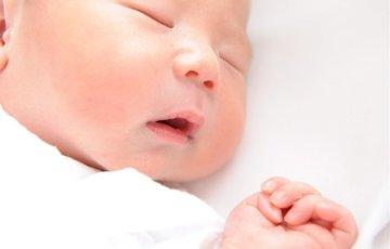 手をグーにして眠る赤ちゃん