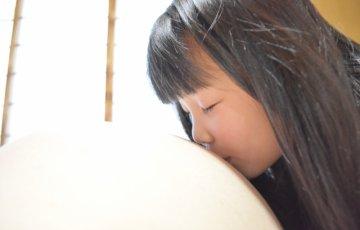 ママのお腹にキスをする女の子