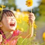 花と笑顔の女の子