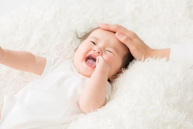 ぶつけた頭を撫でられる赤ちゃん