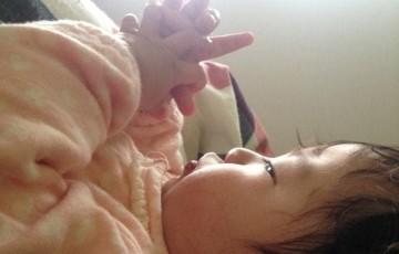 ハンドリガードする赤ちゃん
