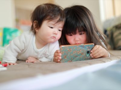 スマホ育児とは?赤ちゃんがスマホを見る・触って遊ぶ影響は?